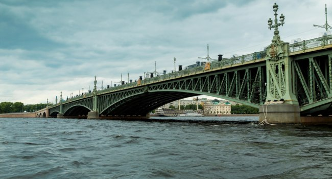 Клуб Павла Аксенова. Россия. Санкт-Петербург. Панорама Троицкого моста. View of Trinity Bridge in Saint Petersburg. Фото FrolovaElena-Depositphotos