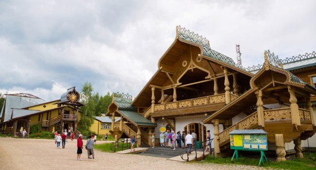 Россия. Верхние Мандроги-туристическая деревня. People of the russian tourist center Verhnie Mandrogi. Фото Stas_K-Depositphotos