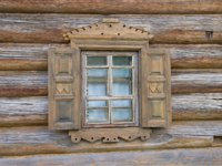 Ленинградская область. Верхние Мандроги. A small window with shutters of an old wooden house close up. Verhnie Mandrogi, Russia. Фото sikaraha-Depositphotos