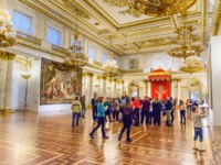 Россия. Санкт-Петербург. Эрмитаж. Tourists in the St. George Hall of State Hermitage Museum. Фото ElenaOdareeva - Depositphotos