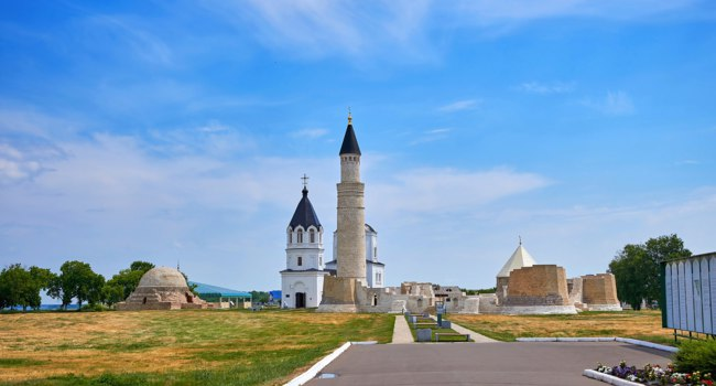 Татарстан. Болгарское городище. The minaret of the mosque and the Orthodox Church in the Bulgar historical monument near Kazan. Фото asobov-Deposit