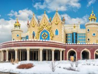 Россия. Татарстан. Казань. Театр кукол Экият. Children's puppet theater Ekiyat in Kazan on a bright winter day and blue sky. Фото yulenochekk - Depositphotos