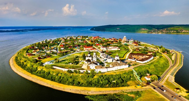 Россия. Татарстан. Свияжск. Aerial view of the town-island of Sviyazhsk. UNESCO world heritage in Russia. Фото Leonid_Andronov - Depositphotos