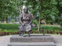 Россия. Татарстан. Казань. Tatar grandmother sculpture in Kazan, Republic of Tatarstan, Russia. Фото markovskiy - Depositphotos