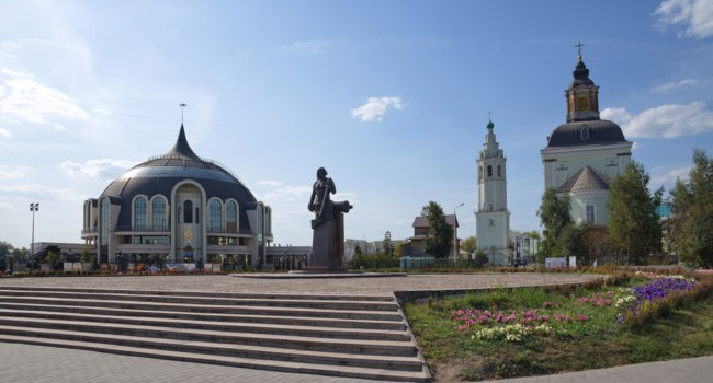 Россия. Город-герой Тула. Музей оружия. Monument to Nikita Demidov on the background of the Tula state Museum of weapons. Фото koromelena.yandex.ru-Deposit