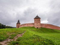 Великий Новгород. Новгородский детинец. View of green terrain and medieval defensive wall made of red brick, Velikiy Novgorod. Фото asokolov160585 - Deposit