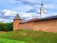Россия. Великий Новгород. Новгородский детинец. Red brick walls and towers and white church of Novgorod Kremlin, Russia. Фото Xantana - Depositphotos