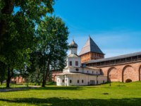 Покровская церковь. Church of the Intercession of the Holy Virgin adjacents to the eastern facade of the Novgorod Kremlin and Pokrovskaya tower. Фото Kristina_Mv-De
