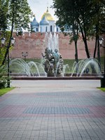 Россия. Великий Новгород. Новгородский детинец. A fountain located in Veliky Novgorod, Russia, with church towers in the background. Фото YAYImages - Deposit
