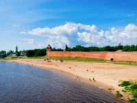 Россия. Великий Новгород. Новгородский детинец. Fortification walls of Kremlin with sandy beach at Volkhov River in Veliky Novgorod. Фото erix2005 - Deposit