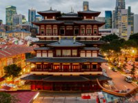 Сингапур. The Buddha Tooth Relic Temple in Singapore's Chinatown at sunset. Фото Rhombur - Depositphotos