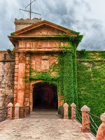 Испания. Каталония. Барселона. Main entrance to the Castle of Montjuic, Barcelona, Catalonia, Spain. Фото marcorubino - Depositphotos