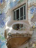 Испания. Барселона. Дом Батльо (арх. А.Гауди). Balcony of Casa Batllo, Barcelona Spain. Фото Philip Lange - Depositphotos