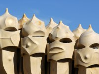 Испания. Барселона. Ла Педрера. Face shaped chimneys on Gaudi Casa Pedrera. Фото  Mauro Saresini Depositphotos
