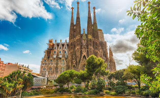 Барселона - город Гауди. Scenic view of the Sagrada Familia, Barcelona, Catalonia, Spain. Фото marcorubino - Depositphotos