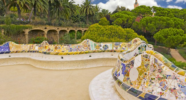 Испания. Барселона - город Гауди. Парк Гуэль. Colorful main terrace of Park Guell, Barcelona, Catalonia, Spain. Фото Ingrid Prats - Deposi