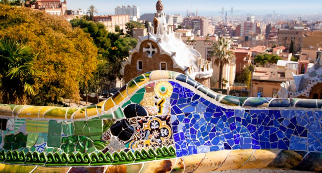 Испания. Барселона - город Гауди. Парк Гуэль. Colorful main terrace of Park Guell, Barcelona, Catalonia. Фото TONO BALAGUER SL - Depositph