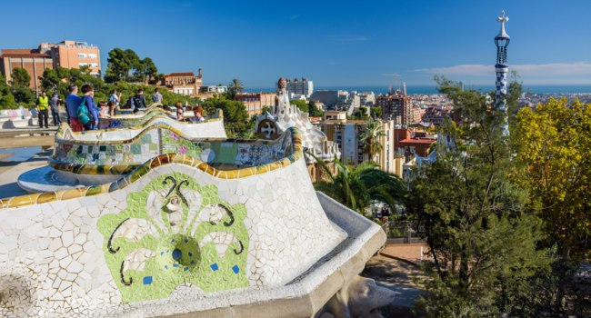 Испания. Барселона - город Гауди. Парк Гуэль. Colorful mosaic walls of Parc Guell in Barcelona, Spain. Фото vitormarigo - Depositphotos