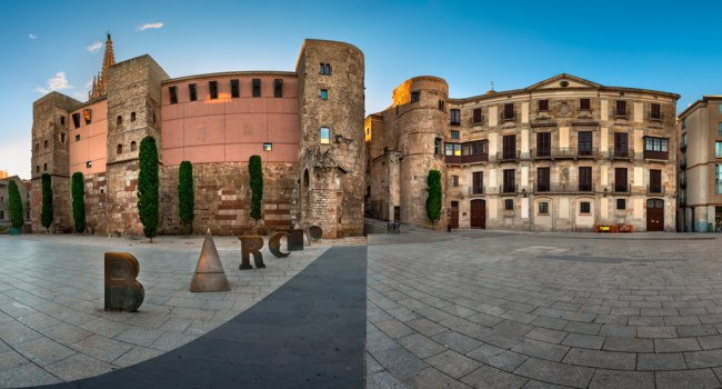 Panorama of Ancient Roman Gate and Placa Nova in the Morning, Barri Gotic Quarter, Barcelona, Catalonia, Spain. Фото anshar - Depositphotos