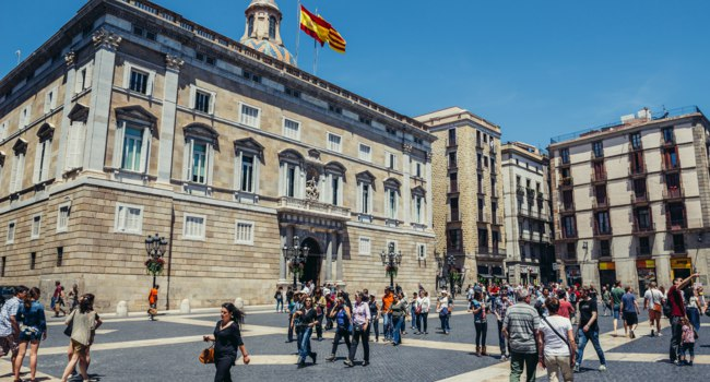Испания. Барселона. St Jaume Square in front of building of Palace of the Government of Catalonia. Фото fotokon - Depositphotos