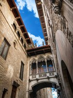 Испания. Барселона. Готический квартал. Bridge at Carrer del Bisbe in Barri Gotic, Barcelona. Фото fotoaliona - Depositphotos