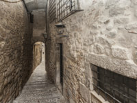 Клуб Павла Аксенова. Испания. Каталония. Жирона. Narrow street in Jewish quarter of Girona, Catalonia, Spain. Фото joanbautista - Depositphotos