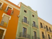 Испания. Фигерас. Balconies in Catalonia with the flag of independence. Figueres, Catalonia. Фото Toniflap - Depositphotos