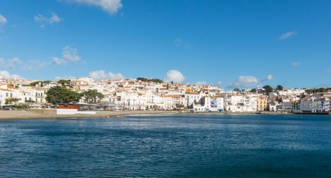 Испания. Коста Брава. Кадакес. Panoramic view of the Spanish town of Cadaques, Catalonia - Spain. Фото Toniflap - Depositphotos