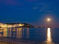 Испания. Коста Брава. Кадакес. Moon rising over Cadaques. Фото Pere Sanz - Depositphotos
