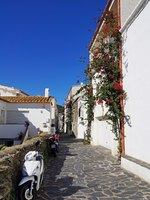 Испания. Коста Брава. Кадакес. Typical street in the Mediterranean village of Cadaques. Фото vilainecrevette Depositphotos