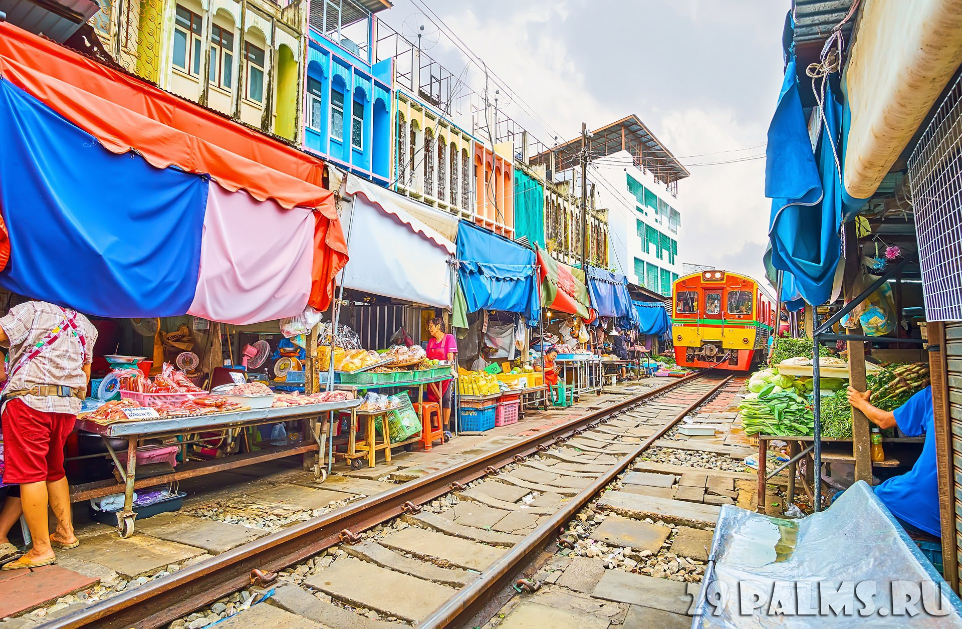Таиланд. Бангкок. Ж.д. рынок Меклонг. Maeklong Railway Market, lined with fresh vegetables and fruits stalls, tiny cafes and shops in Maeklong. Фото efesenko - Deposit