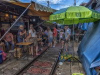 Maeklong Railway Market is a traditional Thai market selling fresh vegetables, food and fruit. Mae Klong, Thailand. Фото evdoha - Depositphotos