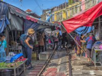 Таиланд. Бангкок. Ж.д. рынок Меклонг. Maeklong Railway Market is a traditional Thai market selling fresh vegetables, food and fruit. Фото evdoha - Depositphotos