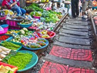 Таиланд. Бангкок. Ж.д. рынок Меклонг. Selling food on the Maeklong Railway market in Thailand. Фото monticello - Depositphotos