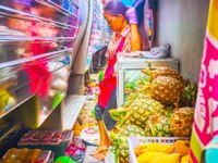 Таиланд. Бангкок. The train is riding through the cramped Maeklong Railway Market and the vendor needs to lean against the wall in Maeklong. Фото efesenko - Deposit