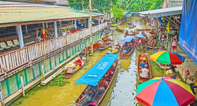 Busy canal at Ton Khem floating market with a top view on heavy tourist boat traffic, numerous food and souvenir stalls in Damnoen Saduak. Фото efesenko-Deposit