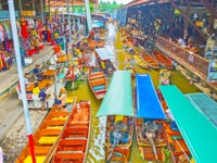 The vibrant life of Ton Khem floating market, attracting tourists with sampan (boat) tours, small cafes and different goods in Damnoen Saduak. Фото efesenko-Deposit