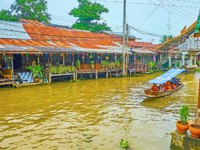 The khlong of Damnoen Saduak floating market is lined with stilt houses, wooden pavilions, guest houses and stalls in Damnoen Saduak. Фото efesenko-Deposit