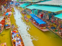 Watch the floating market morning activity, tourists are boating the khlong and make some souvenirs and foods shopping in Damnoen Saduak. Фото efesenko-Deposit