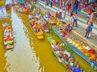 The khlong of Damnoen Saduak floating market withsampan boats of food and souvenir sellers, offering local dishes, snacks, fruits, cone hats. Фото efesenko-Deposit