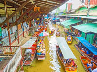 The top view of narrow canal of Ton Khem floating market with chaotic traffic of free floating boats of tourists and vendors in Damnoen Saduak. Фото efesenko-Deposit