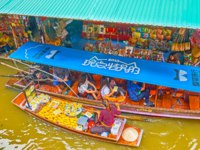 Тайланд. Дамноен Садуак - рынок на воде. Sampang (boat) of mango vendor, sailing through the canal of Ton Khem floating market. Фото efesenko-Deposit