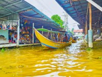 Explore Ton Khem floating market with old wooden boats for shopping and speed boats, carrying tourists to other klongs in Damnoen Saduak. Фото efesenko-Deposit