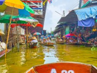 Enjoy the boat tour along the klong (canal) of floating market, famous as exotic attraction and interesting shopping area in Damnoen Saduak. Фото efesenko-Deposit