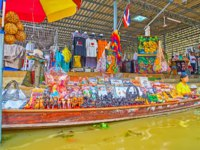 A boat trip along the floating souvenir stalls of Ton Khem floating market with narrow busy canals and hundreds of tourists in Damnoen Saduak. Фото efesenko-Deposit