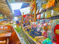 The souvenir stall of Ton Khem floating market with small statuettes, different tourist bags, toys in Damnoen Saduak. Фото efesenko - Depositphotos