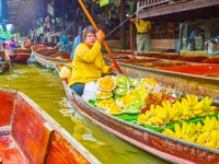 Sampan food boat floating through the khlong of Ton Khem floating market in Damnoen Saduak. Фото efesenko - Depositphotos