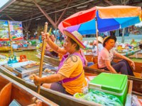 The sailing sampan of the seafood vendor, offering grilled squids, prawns and fresh fruits, in Ton Khem floating market in Damnoen Saduak. Фото efesenko-Deposit