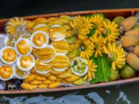 Тайланд. Дамноен Садуак - рынок на воде. Fruits on the boat at Damnoen Saduak floating market in Ratchaburi near Bangkok, Thailand. Фото Southtownboy-Deposit