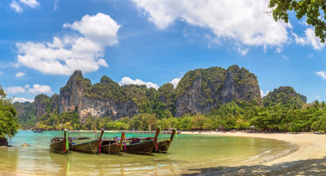Клуб путешествий Павла Аксенова. Таиланд. Краби. Panorama of Traditional long tail boat on Railay Beach, Krabi, Thailand. Фото bloodua - Depositphotos